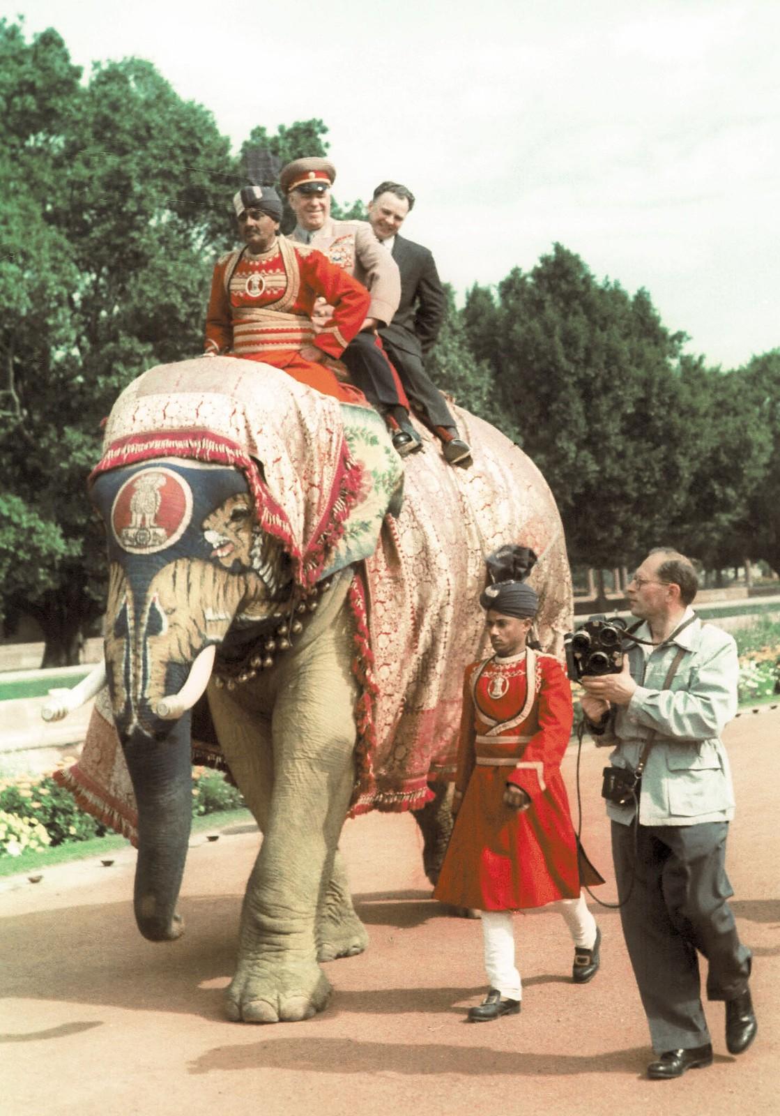 1957. Министр обороны Советского Союза Георгий Жуков едет на слоне во время своего визита в Индию
