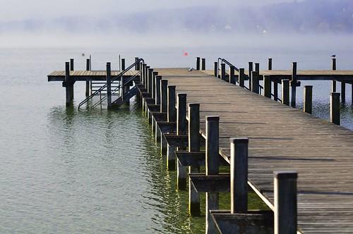 Holzsteg im Nebel am Starnberger See bei Percha
