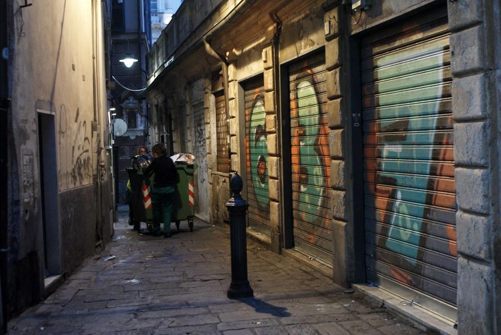 Scène de rue à Gènes sous un graffiti 637.