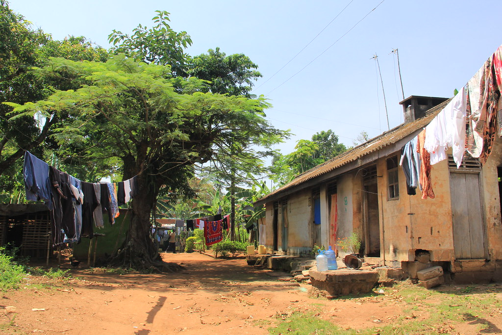 Local community close to Entebbe Botanical Garden