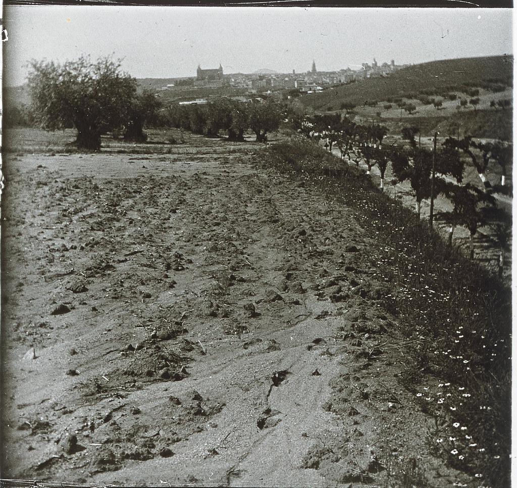 Entrada a Toledo por la carretera de Madrid  hacia 1935. Cristal estereoscópico de autor anónimo francés. Colección de Eduardo Sánchez Butragueño