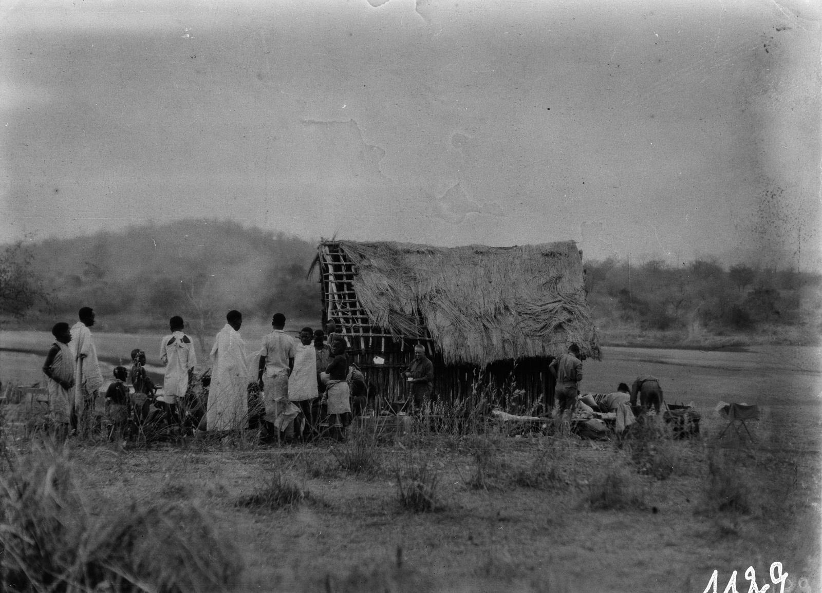 1129. Лундази. Участники экспедиции отдыхают в хижине с жителями