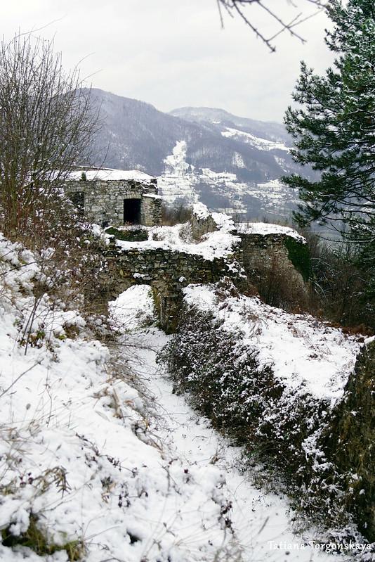 Проход между крепостных стен