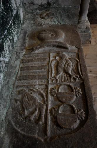 Castañeda (Cantabria). Colegiata de la Santa Cruz. Escudo en el pavimento