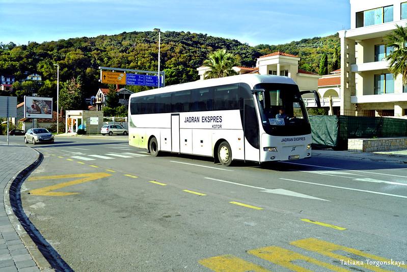 Междугородний автобус проезжает по Каменари
