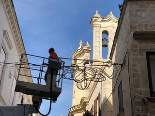 Le prime luci montate nel centro storico