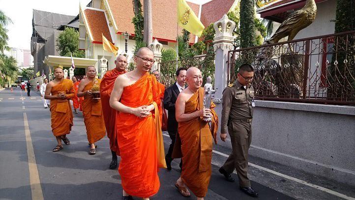 Y.M. Sri Paññāvaro Mahātheta (kedua dari kanan) membawa rupaka Sri Buddha yang akan disemayamkan di Sanam Luang