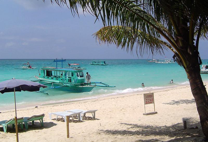 Boat_on_boracay_beach