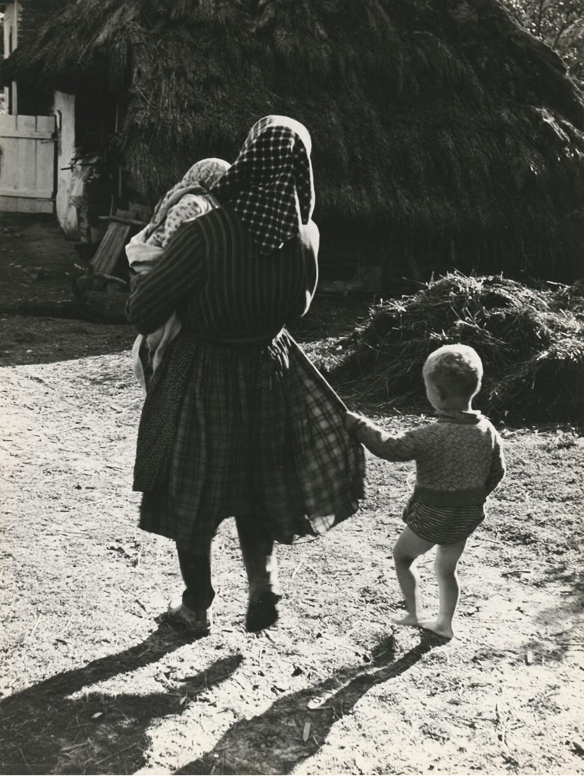 1940. За материнской юбкой