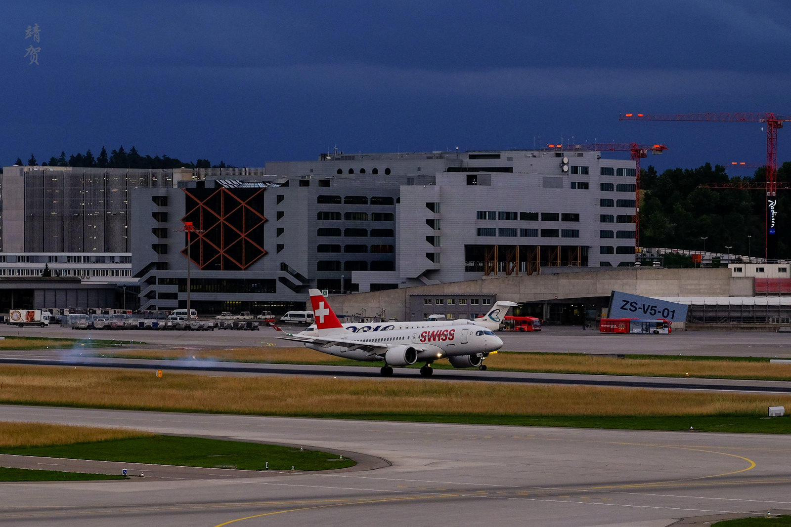 Swiss Air CS100 landing