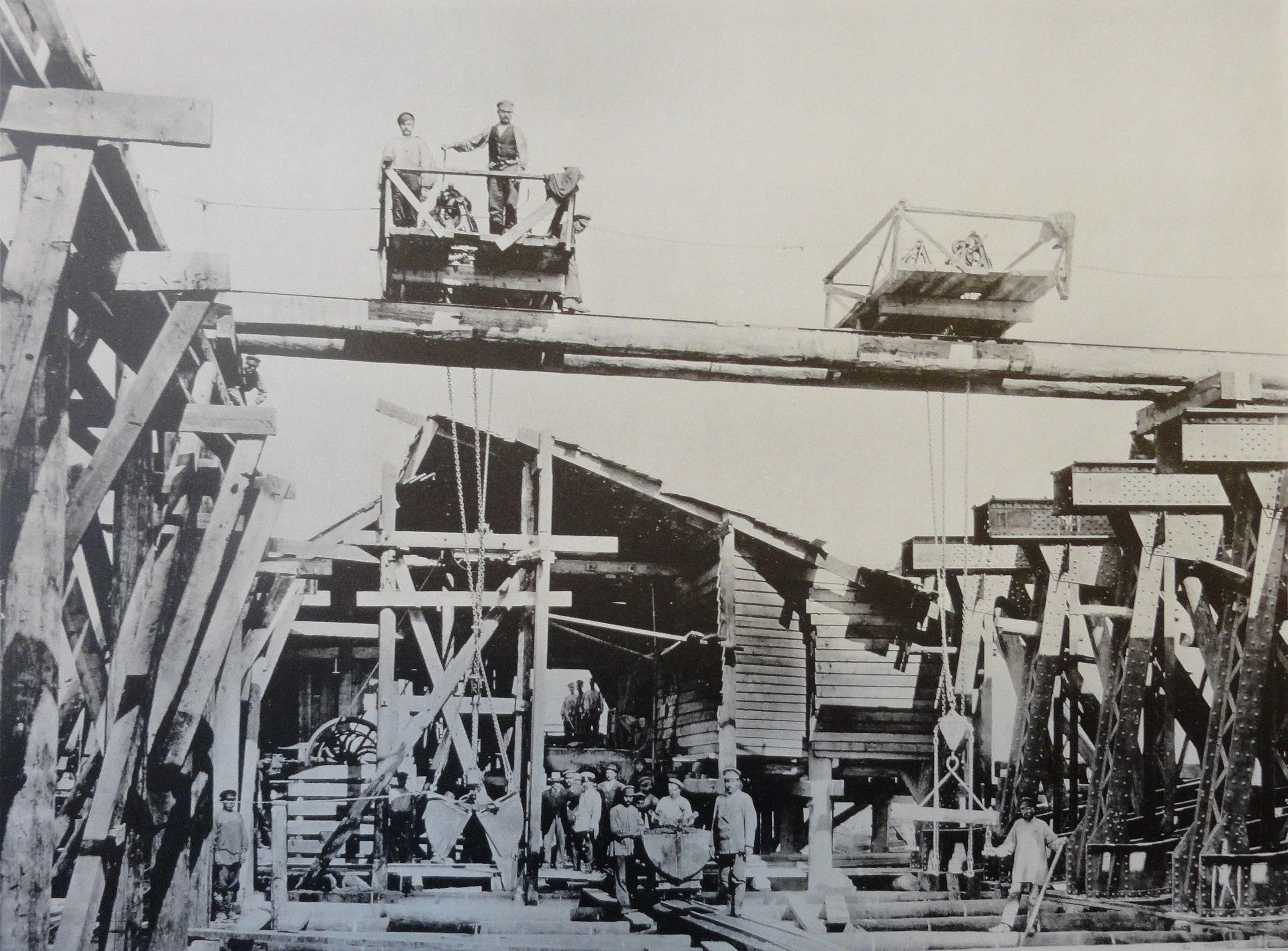 1901. Вторичное бетонирование основания правого берегового устоя (быка №7). Лето
