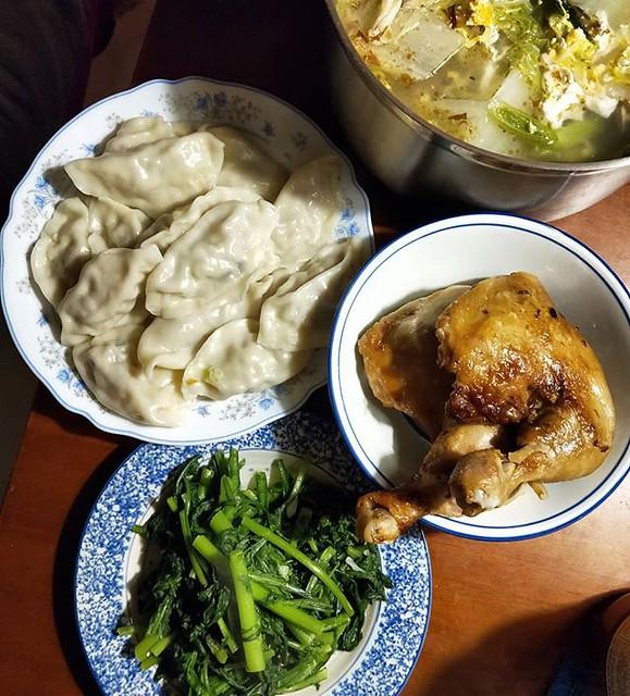 20181217 ✓婆婆包的水餃 ✓costco 烤雞腿 ✓燙山茼蒿 ✓柴魚白菜蛋花湯 #葛蘿的餐桌