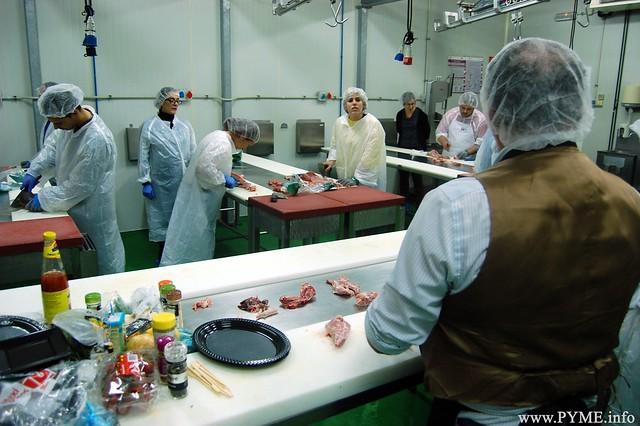 Imagen del taller práctico sobre los diferentes cortes de la carne de conejo.