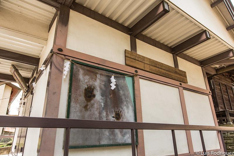 Manos del demonio en el santuario Mitsuishi de Morioka