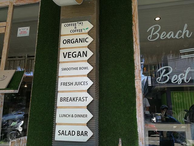 <p>サラダ、ジュースもあります。ビーガンの方々にも対応</p>
