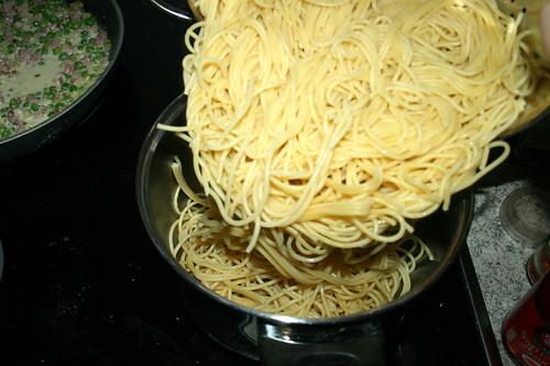 23 - Nudeln zurück in Topf geben / Put noodles back in pot