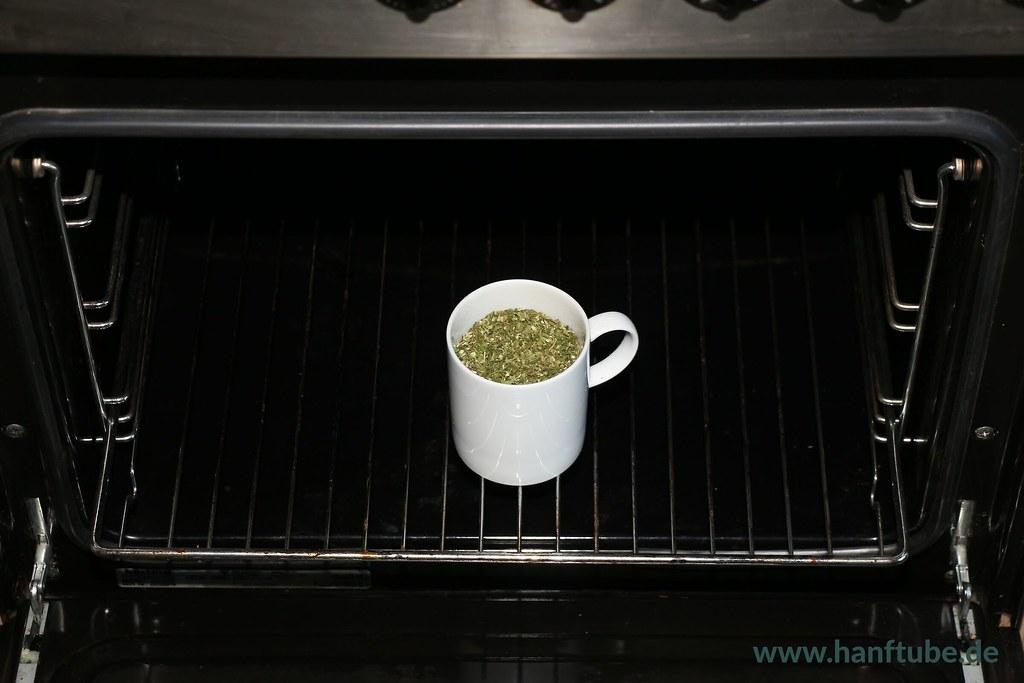 Restfeuchtigkeit verdunsten lassen, dann das Cannabis aktivieren
