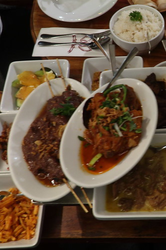 """Reistafel """"Vishnoe"""" (Die beiden zuerst gegessenen Gerichte, leider mit ungünstigen Kameraeinstellungen fotografiert)"""