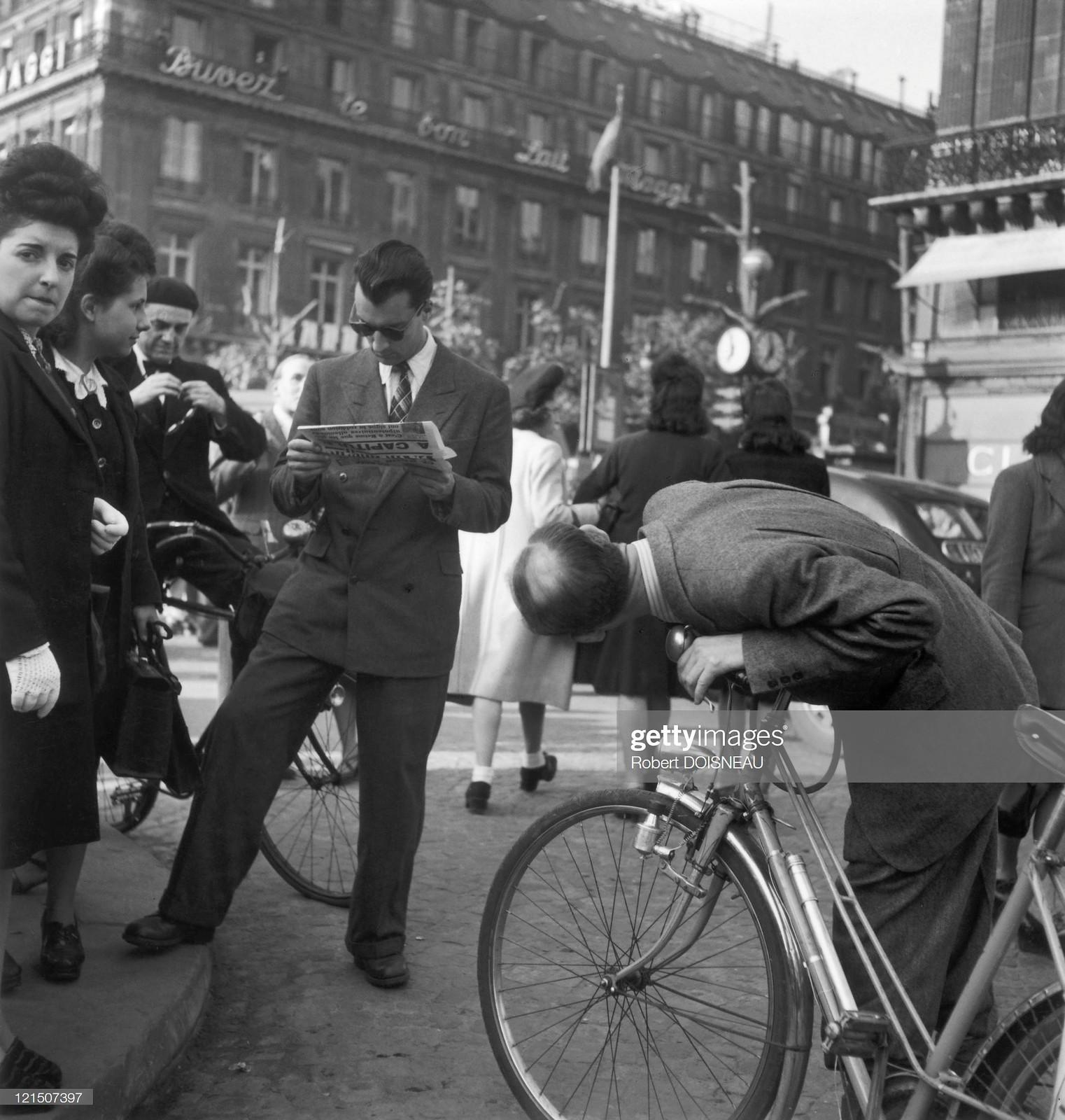 1945. Парижанин остановился, чтобы прочитать статью, в которой говорится о капитуляции Германии в Реймсе 7 мая 1945