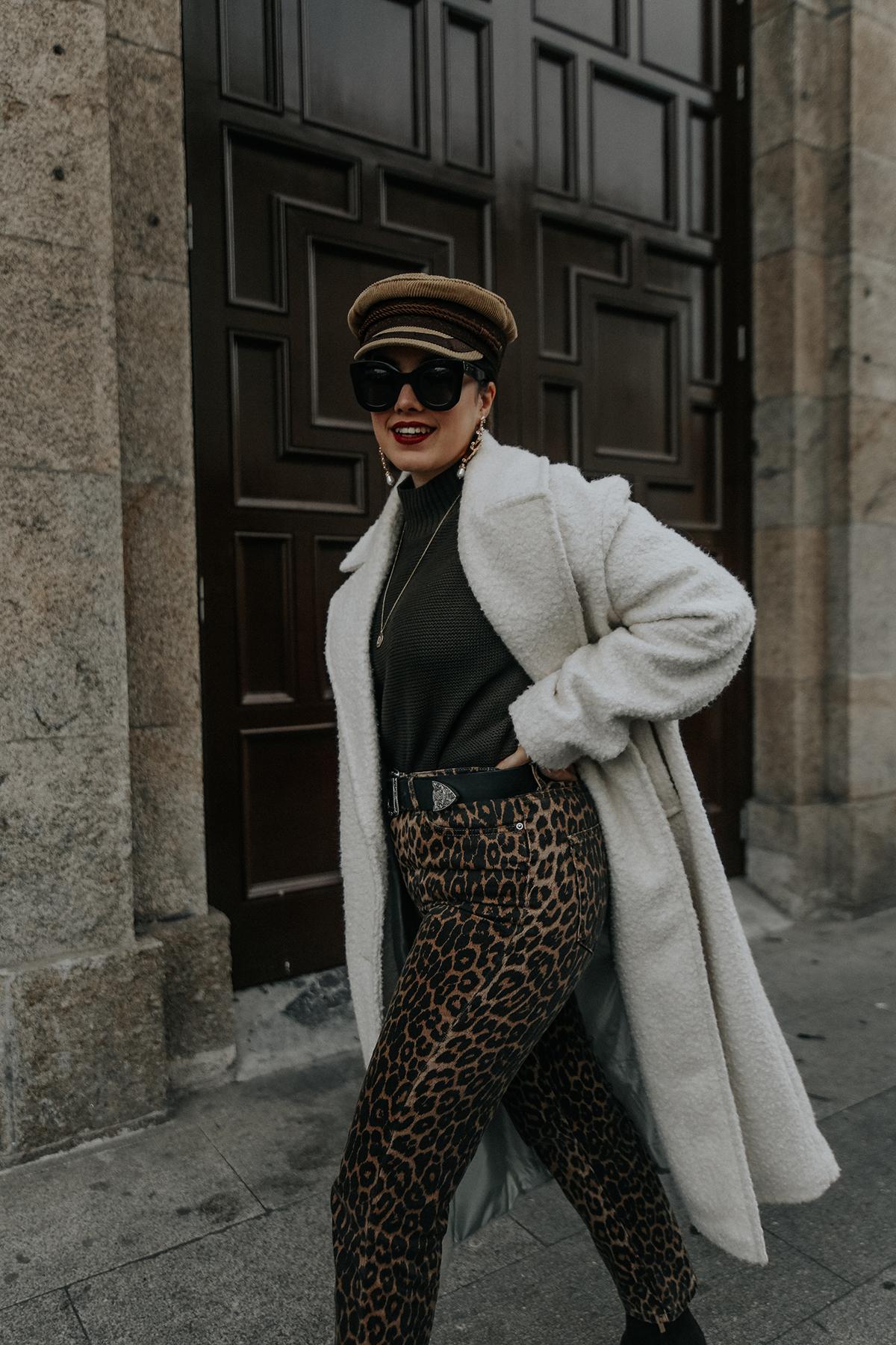 pantalones-leopardo-look-botines-ysl-streetstyle13