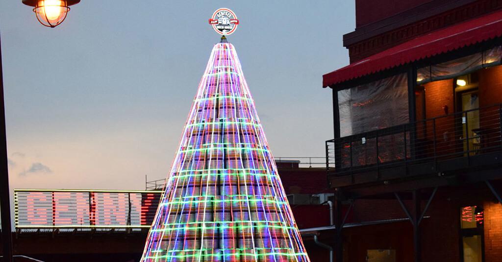 Пивоварня построила новогоднюю ёлку из пустых кегов