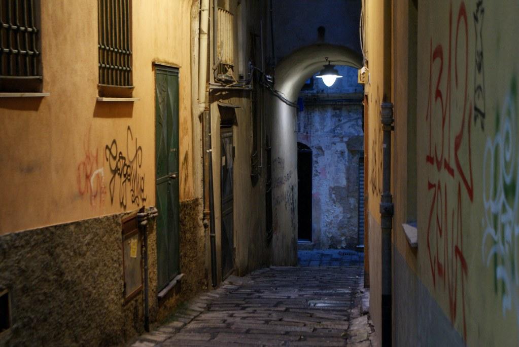 Ruelle du Vieux Gènes à la tombée de la nuit.