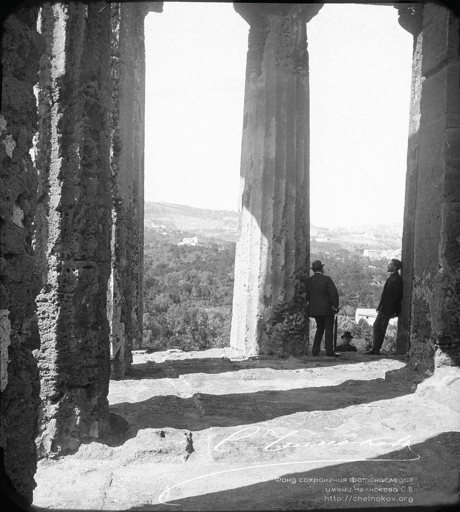 Разговор мужчин в античном храме