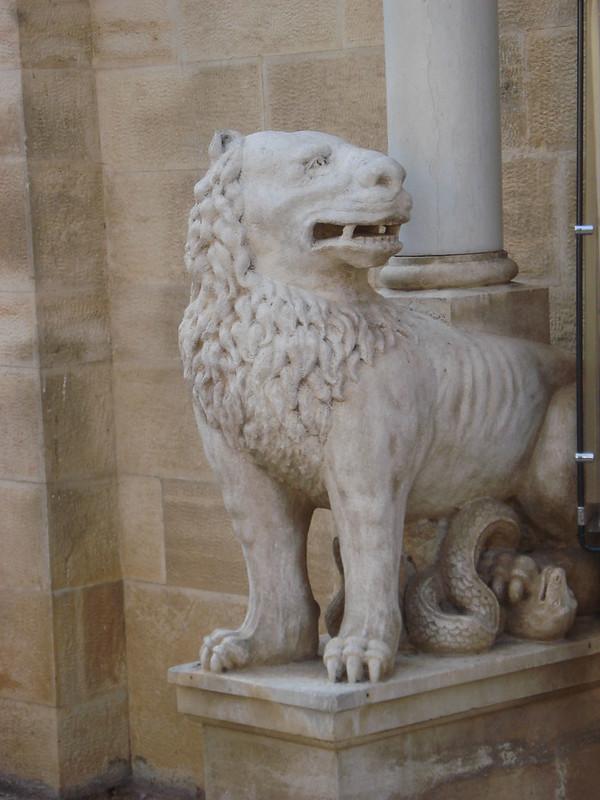 008-левый лев