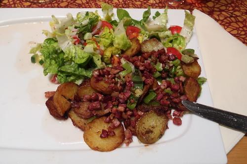 Restliche Bratkartoffeln mit Speckwürfelchen und buntem Salat