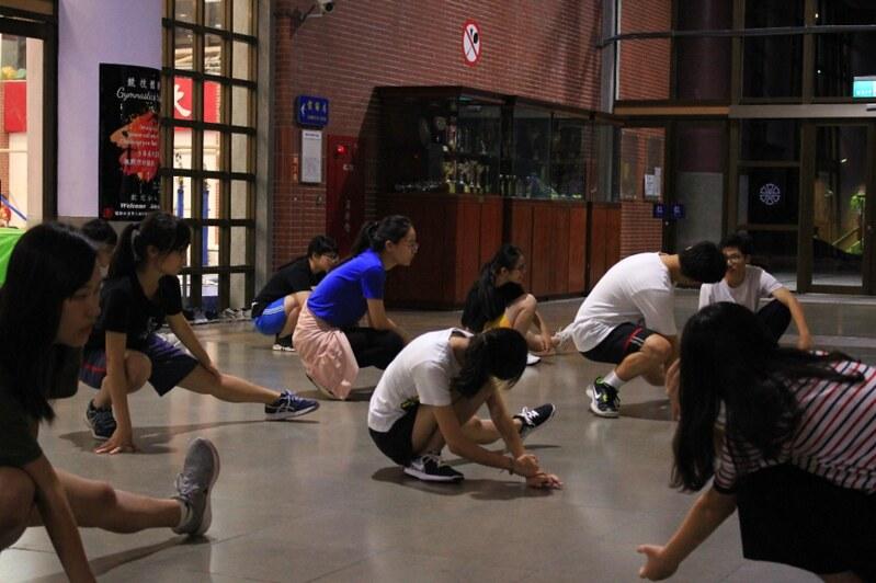 教育111級新生正暖身準備練習。圖/趙芷苓提供