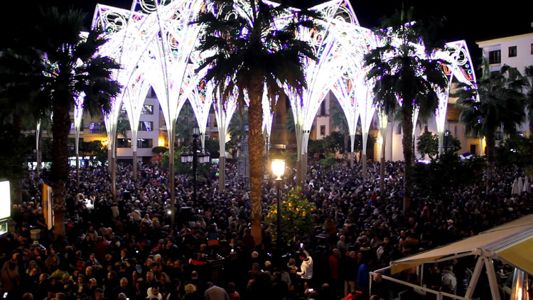 La Plaza Alta ya luce su alumbrado extraordinario de Navidad