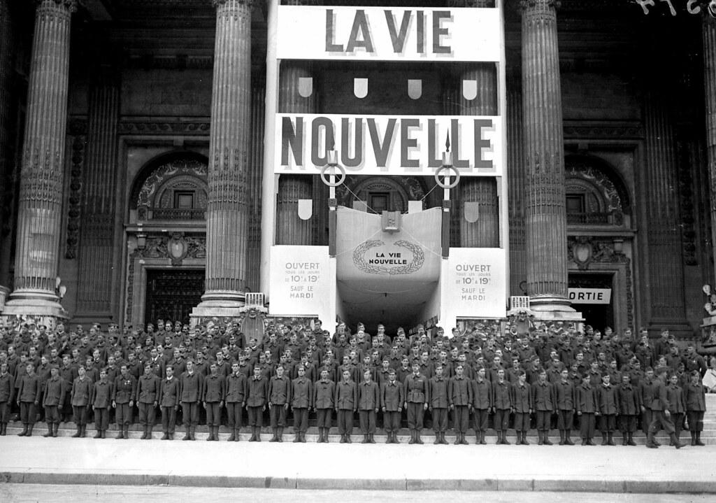 1942. Члены Легиона французских добровольцев против большевизма пришли на выставку «Европейская Франция». Париж, Гран пале, июнь