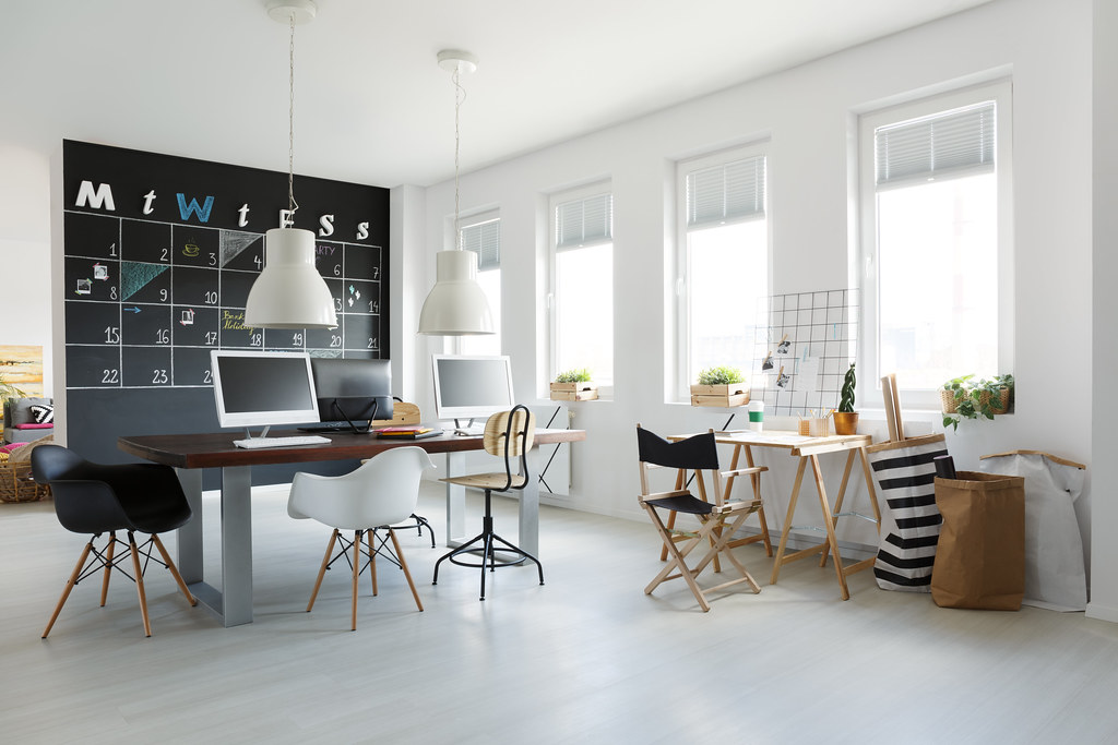 良好的室內工作環境有益健康和工作表現。圖片來源:bialasiewicz / envato