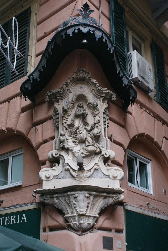 Belles sculptures dans le centre historique de Gènes.