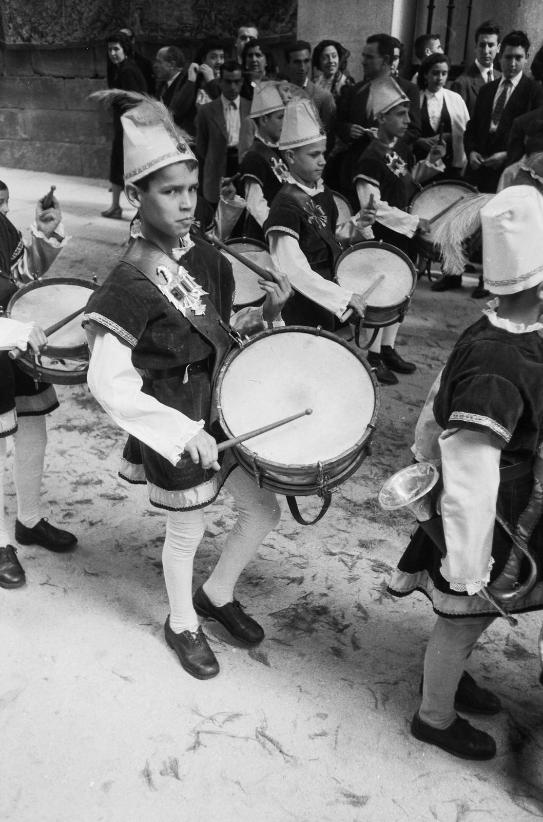 Niños tocan el tambor en las fiestas del Corpus Christi de 1955 en Toledo © ETH-Bibliothek Zurich