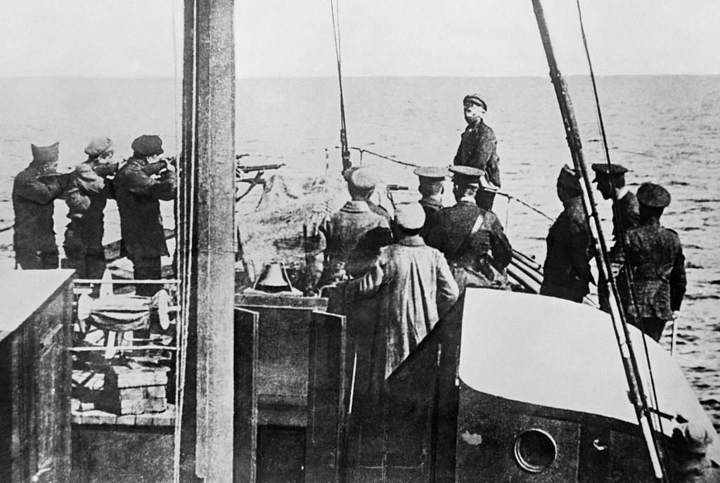 1918. Солдаты  расстреливают большевика