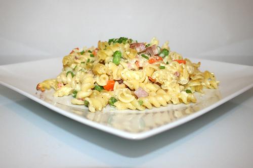 Sour cream pasta bake - Side view / Sauerrahm-Nudelauflauf - Seitenansicht
