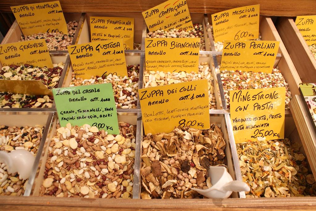 Mélanges pour soupe du marché Mercato Orientale à Gènes : Légumineuses, légumes séchées, aromatiques et champignons à cuire pendant une heure.