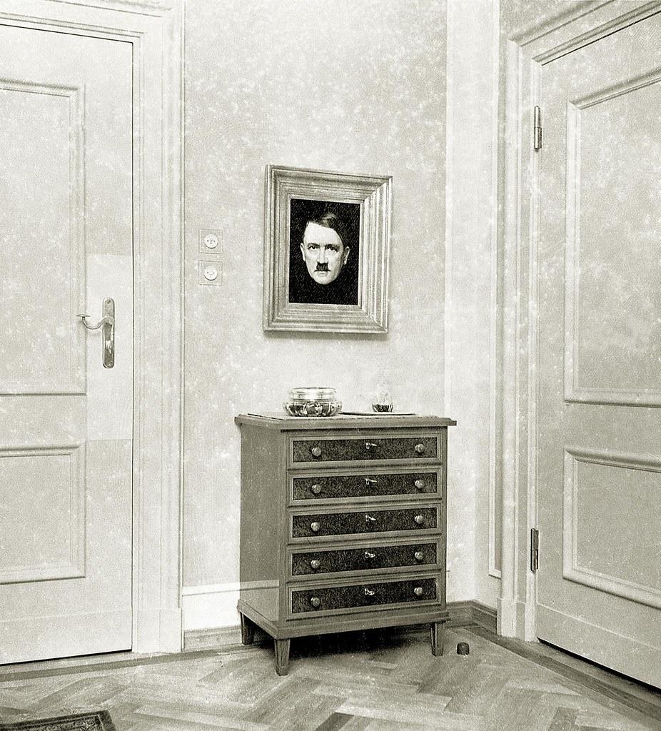 1937. Портрет Адольфа Гитлера в гостиной Евы Браун в Бергхоф близ Берхтесгадена, Германия,