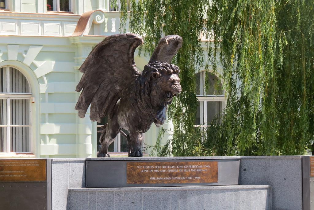 Современны памятник Крылатый лев.