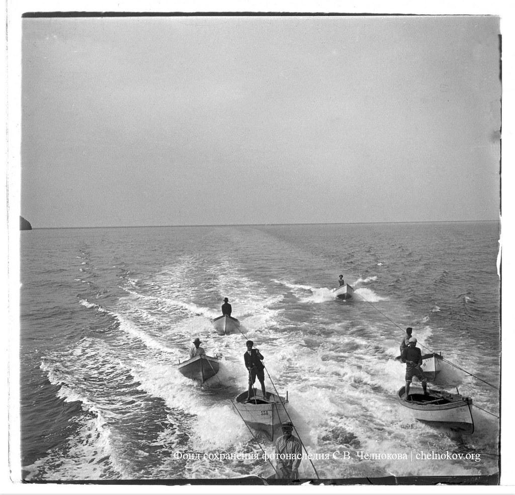 Катание на лодках за катером. 1903.