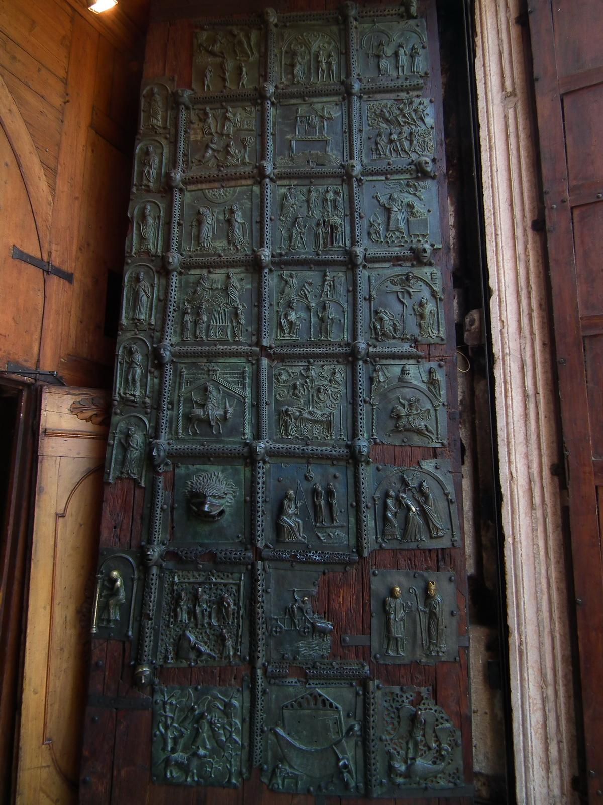 Verona,_Basilica_di_San_Zeno,_bronze_door_002