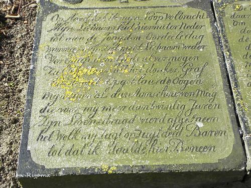 Mariakerk Uithuizermeeden, grafsteen van Fenje Jacobs. Haar zoon verongelukte later in dat jaar en ligt naast haar.