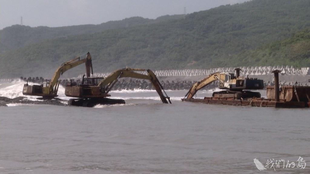 984-1-8漁港變成砂石場,怪手挖不完,漁船出不了海。