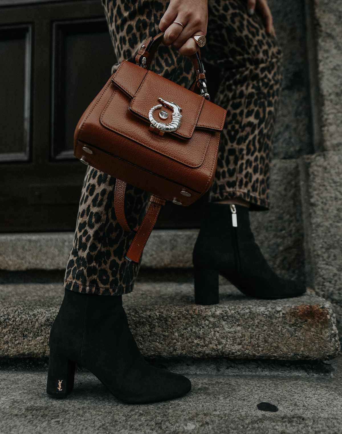 pantalones-leopardo-look-botines-ysl-streetstyle