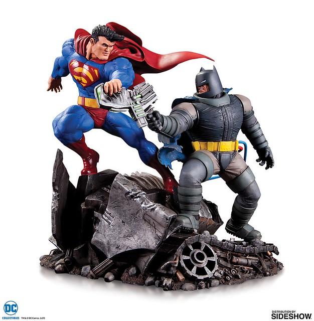 黑暗騎士與鋼鐵之軀的經典對決再現~  DC Collectibles 迷你雕像系列《蝙蝠俠:黑暗騎士歸來》蝙蝠俠 VS 超人 Batman VS Superman 全身雕像作品