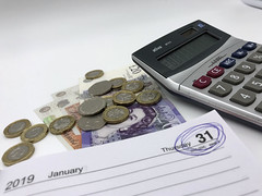 The 2019 self assessment deadline day, 31st January 2019 is circled next to some coins and a calculator