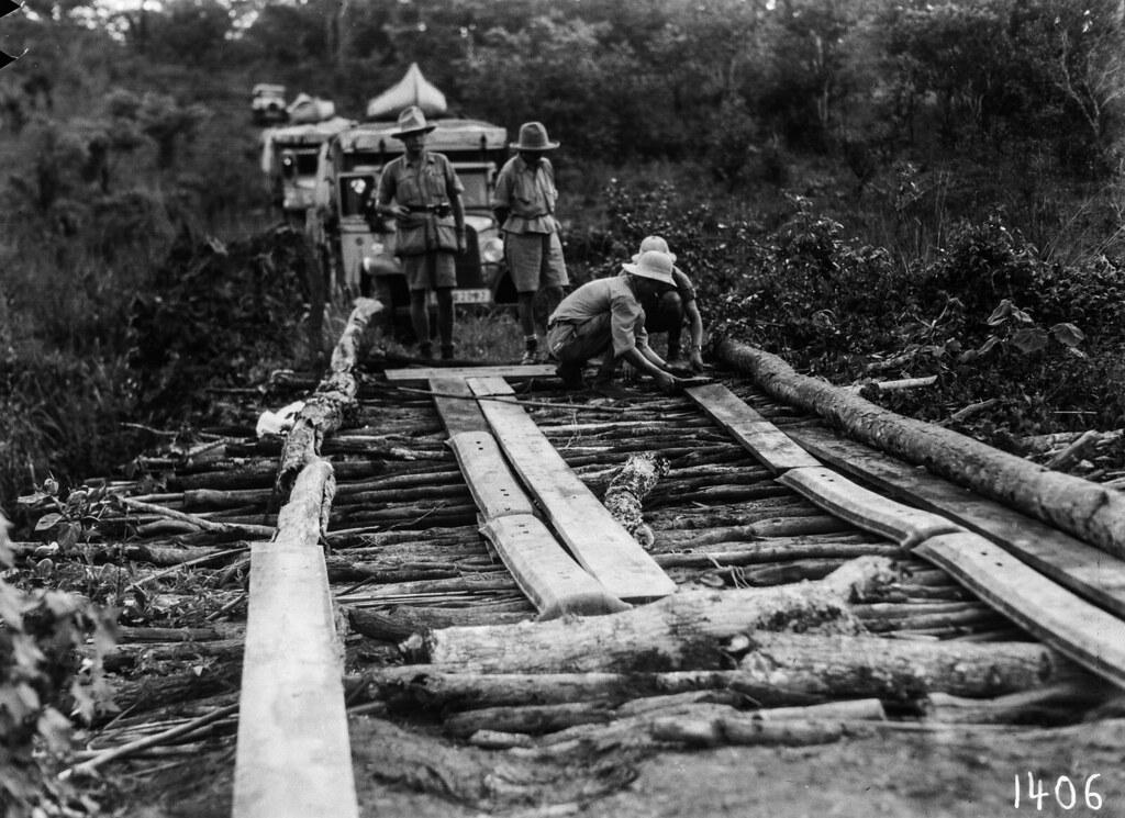 1406. Музец.  Участники экспедиции готовятся пересечь мост
