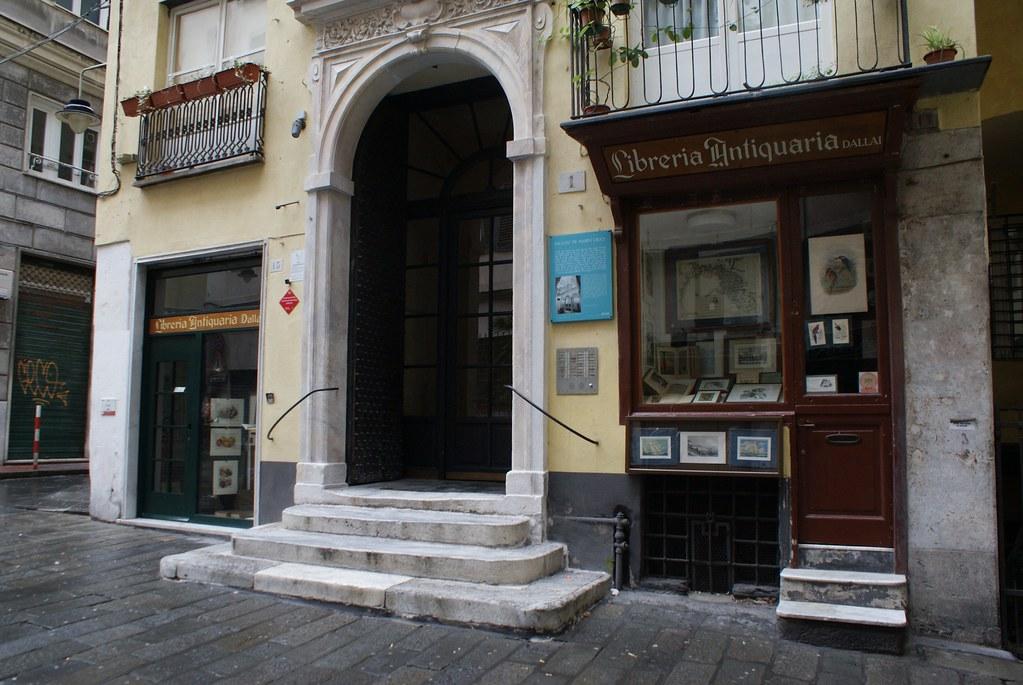 L'entrée de la charmante Librairie de livres anciens Dallai à Gênes