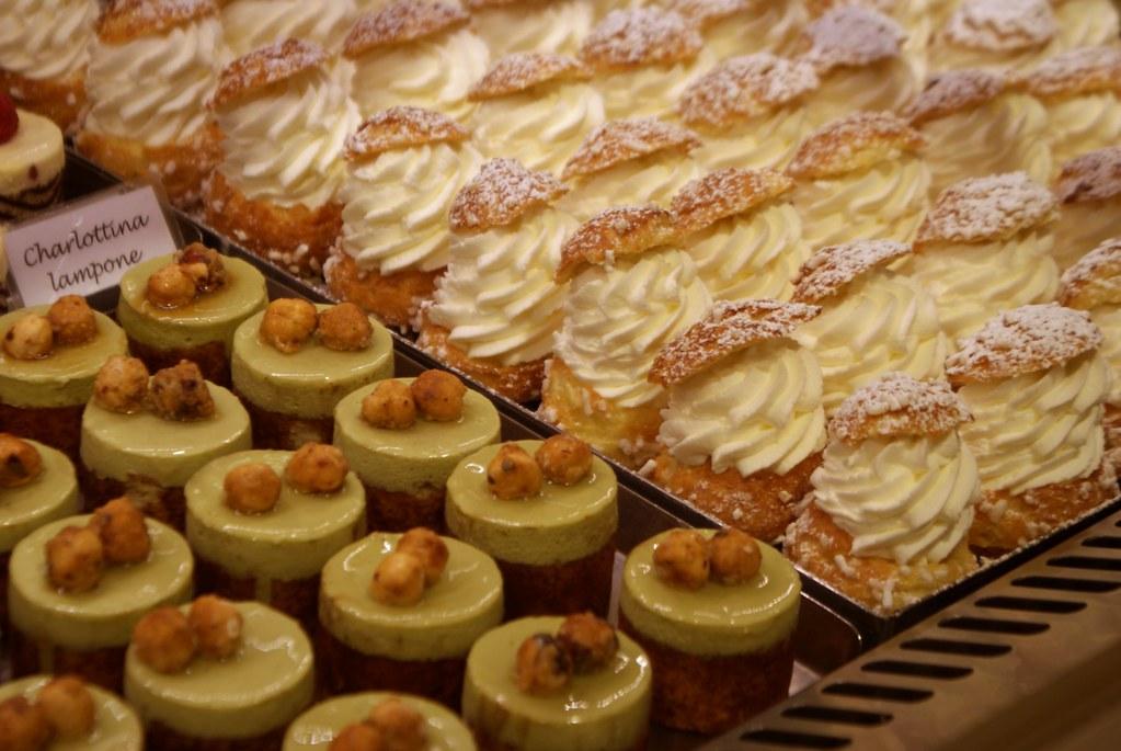 Délicieux chou à la crème au Café Patisserie Tagliafico à Gènes.
